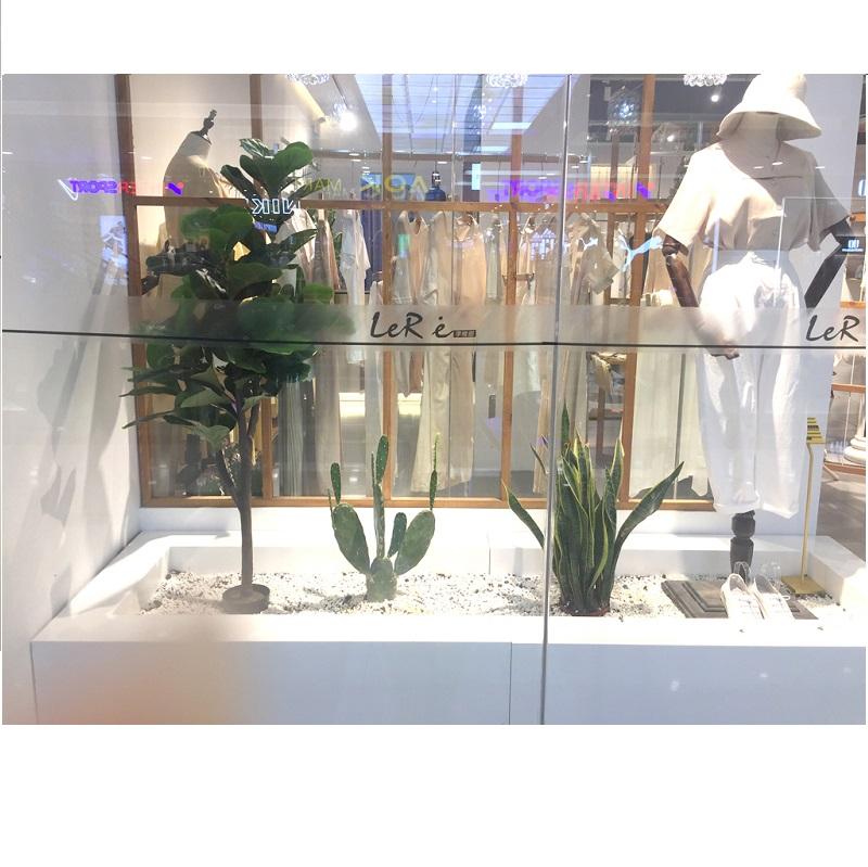 Cây giả trang trí tại cửa hàng thời trang