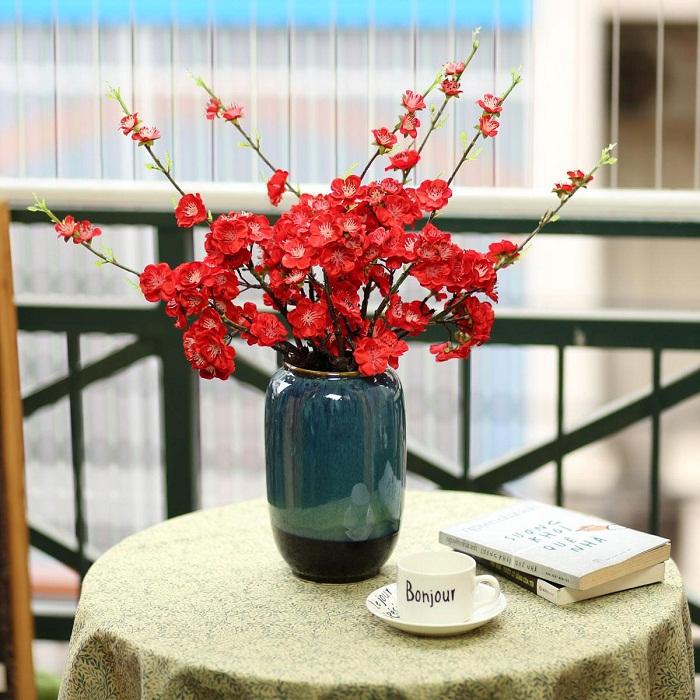 Bình gốm kèm hoa anh đào đỏ - BH1066