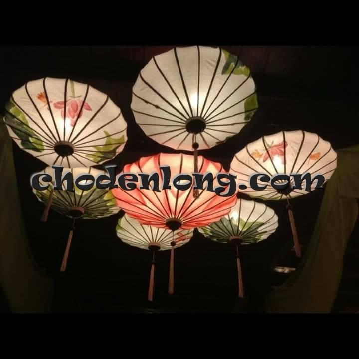 Đèn lồng vẽ hoa sen trang trí quán ăn