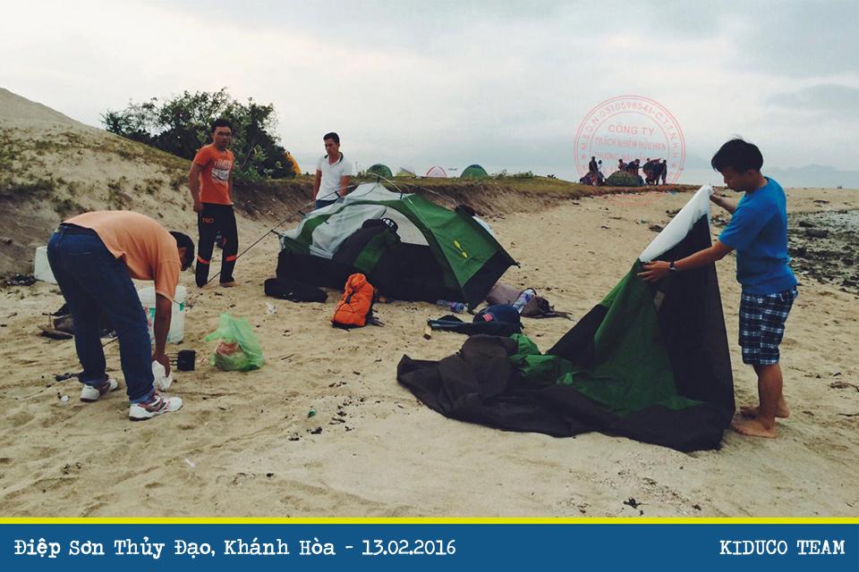 Thu lượm củi khô nấu ăn và tìm một nơi cắm trại qua đêm