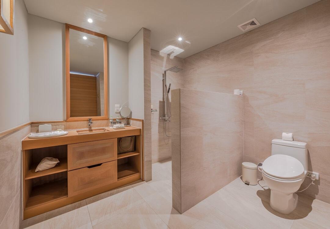 02 phòng tắm chính tiện nghi với bồn tắm, các phòng tắm phụ bao gồm cabin tắm đứng