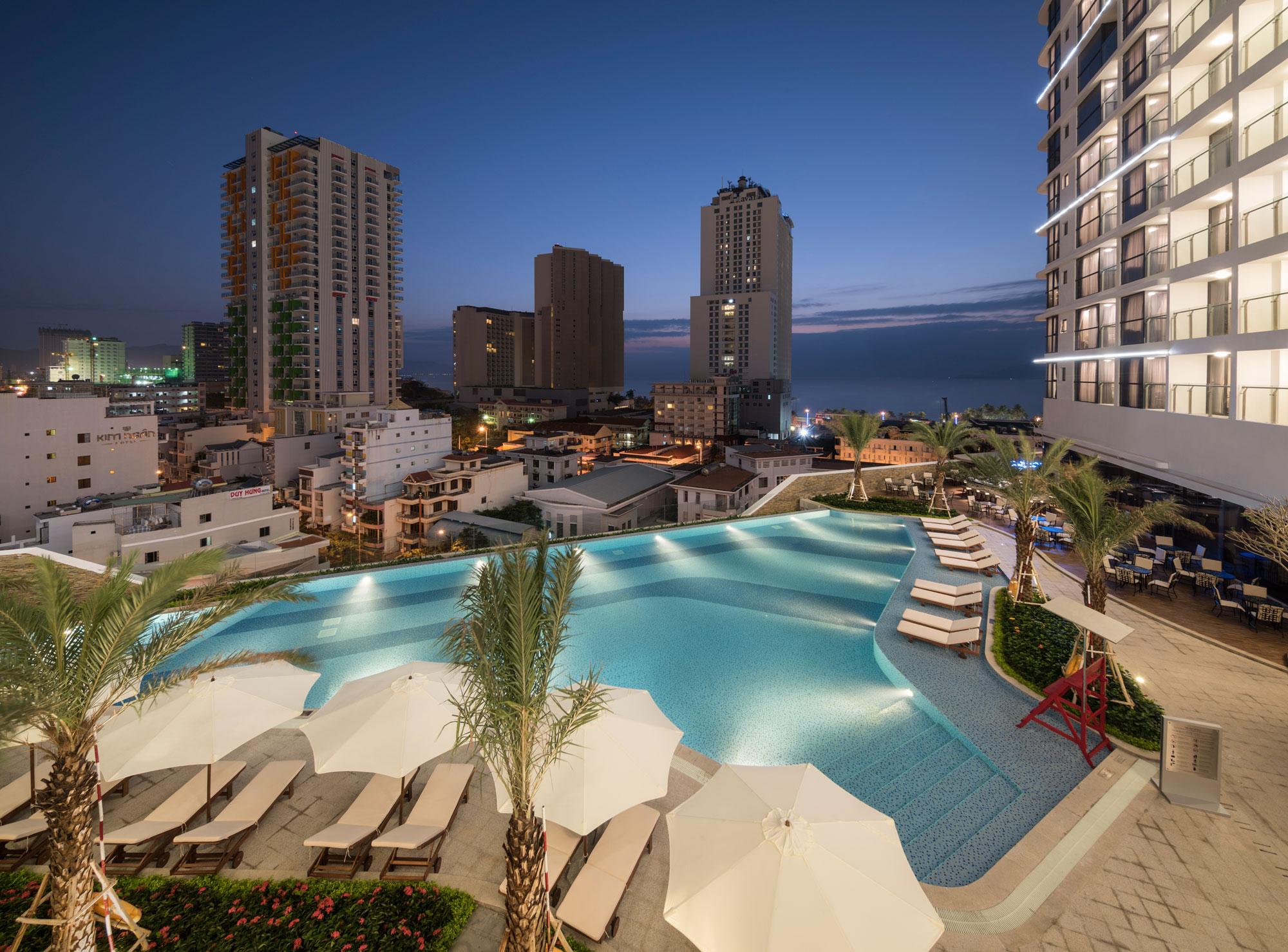 Tận hưởng không gian bể bơi lãng mạn, thưởng thức những đồ uống cocktail hoàn hảo với Pool Bar