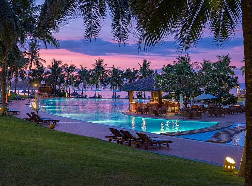 Pool Bar nằm tại hồ bơi chính của khách sạn
