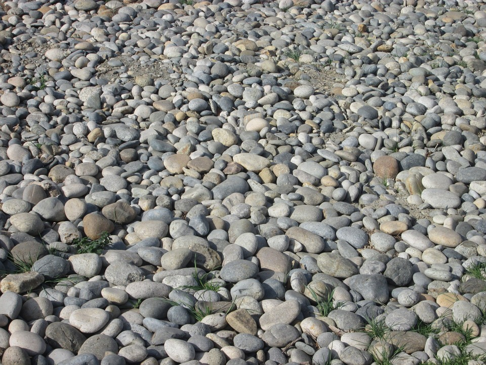 Sỏi sông – nguyên liệu đem nghiền thành cát nhân tạo.