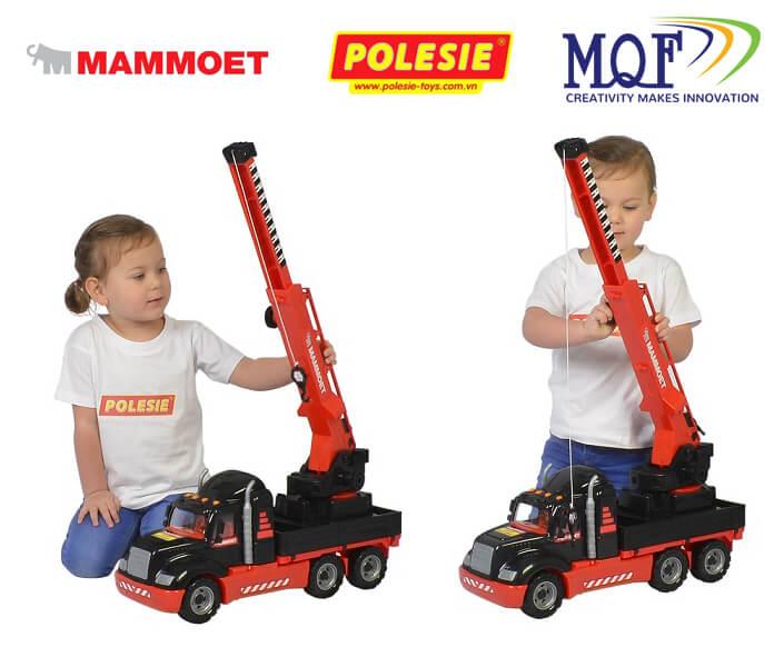 các bé đang chơi xe cẩu đồ chơi thương hiệu Mammoet Polesie Toys