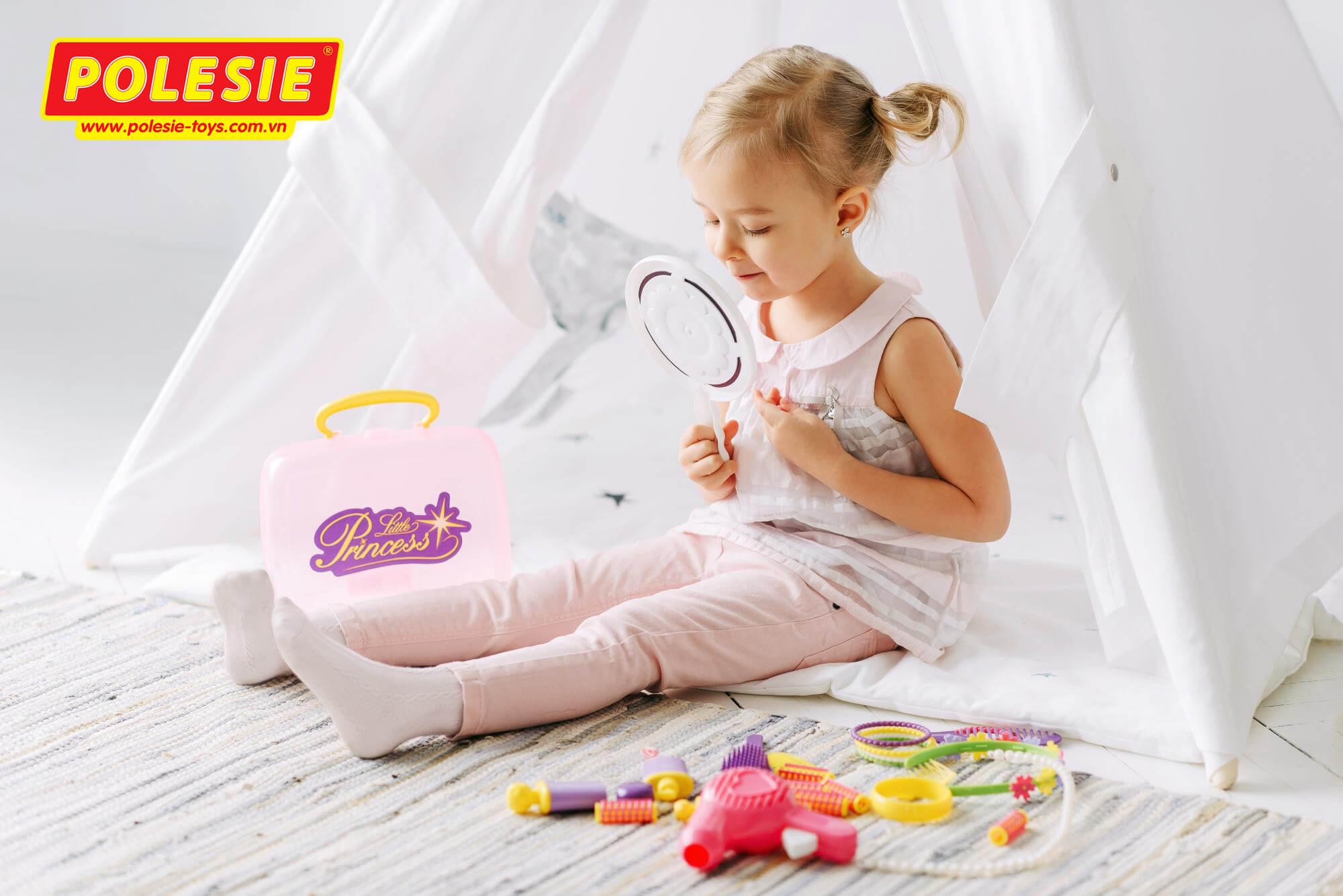 bé gái đang nhập vai chơi đồ chơi make up làm đẹp polesie coloma