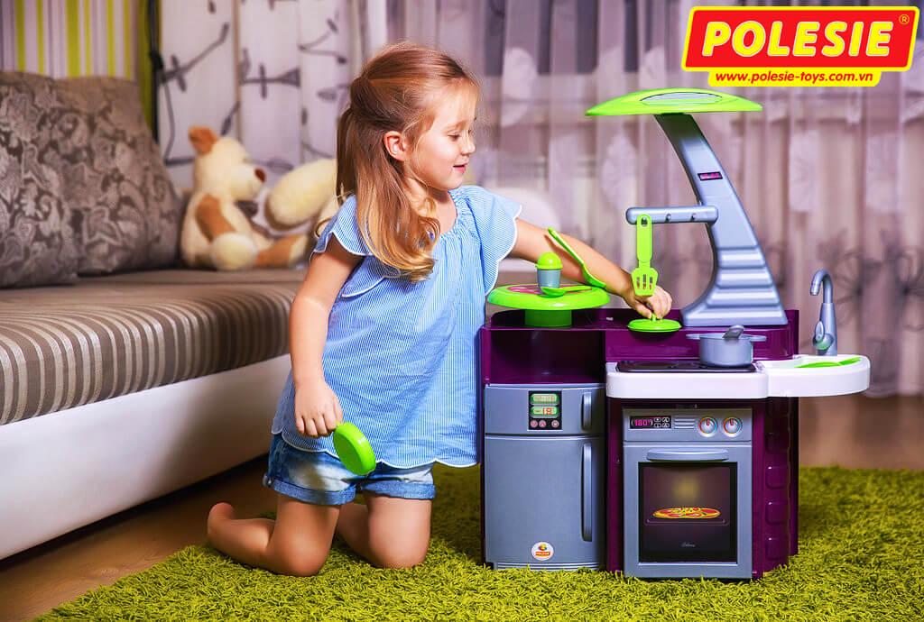 bé gái đang chơi bộ đồ chơi nấu ăn laura 56313