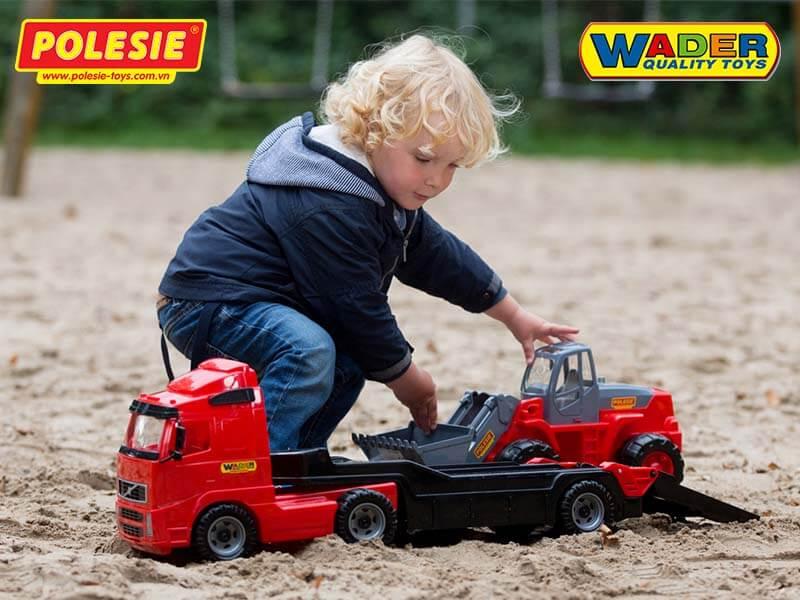 bé đang chơi xe đồ chơi wader quality toys 1