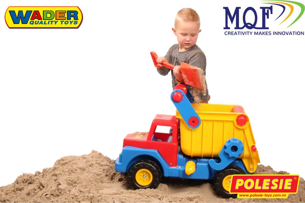 bé chơi xe tải đồ chơi ngoài bãi cát, bãi biển