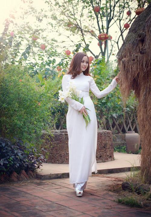 Áo dài trắng với hoa loa kèn 1