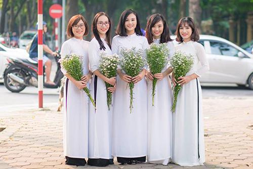 Áo dài đồng phục trắng chụp kỷ yếu