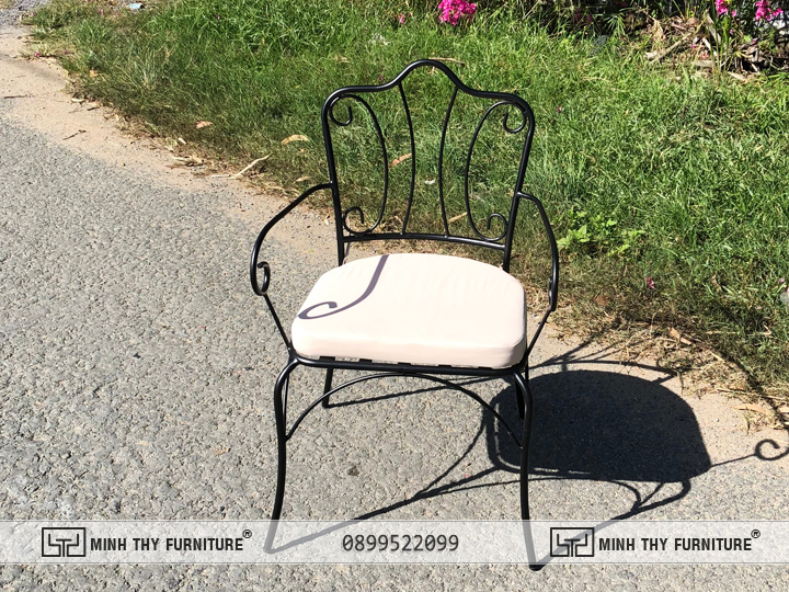 Một trong những mẫu ghế sắt mỹ nghệ được sản xuất tại xưởng Minh Thy Furniture