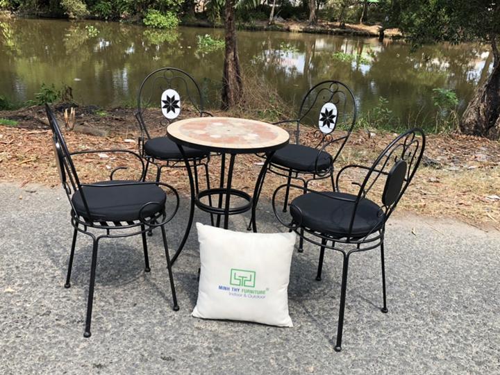 Bàn ghế sân vườn làm từ chất liệu sắt đa dạng về kiểu dáng