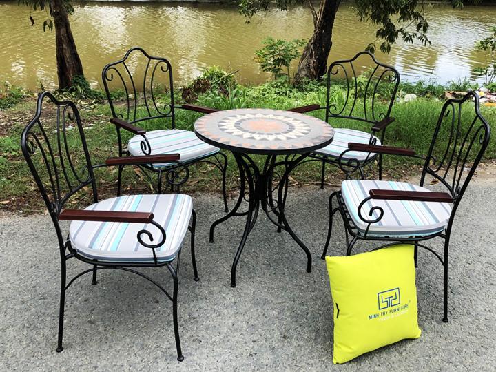 Bàn ghế sắt sân vườn có tay vịn