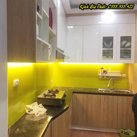 Kính ốp bếp màu vàng đậm