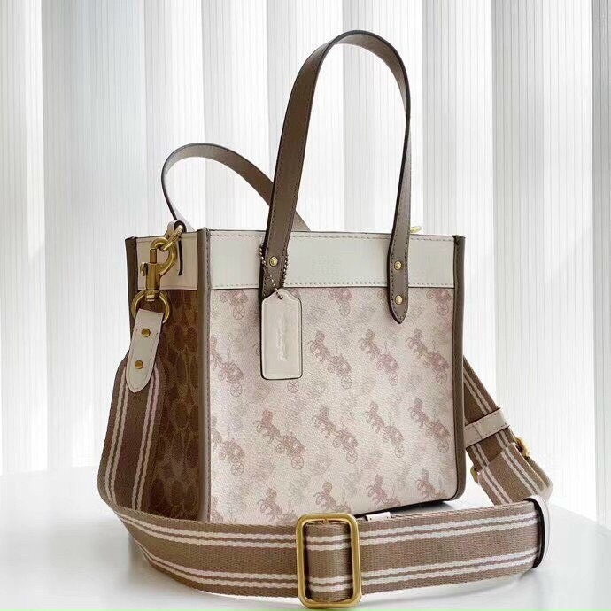 tui-c-ach-field-tote-22-with-horse-and-carriage-print