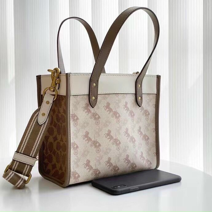 TÚI C🅾️ACH FIELD TOTE 22 WITH HORSE AND CARRIAGE PRINT
