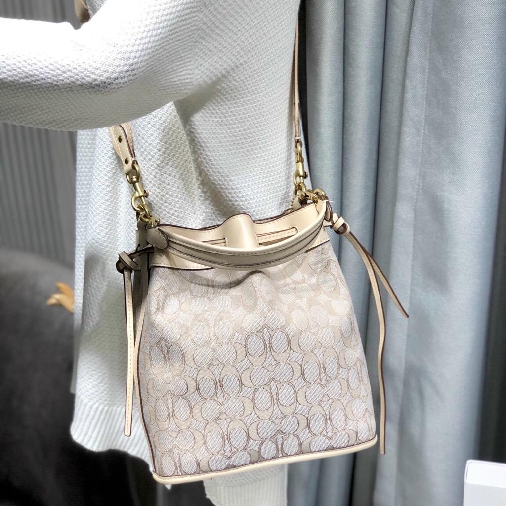 TÚI C🅾️ACH FIELD Bucket bag in signature Jacquard