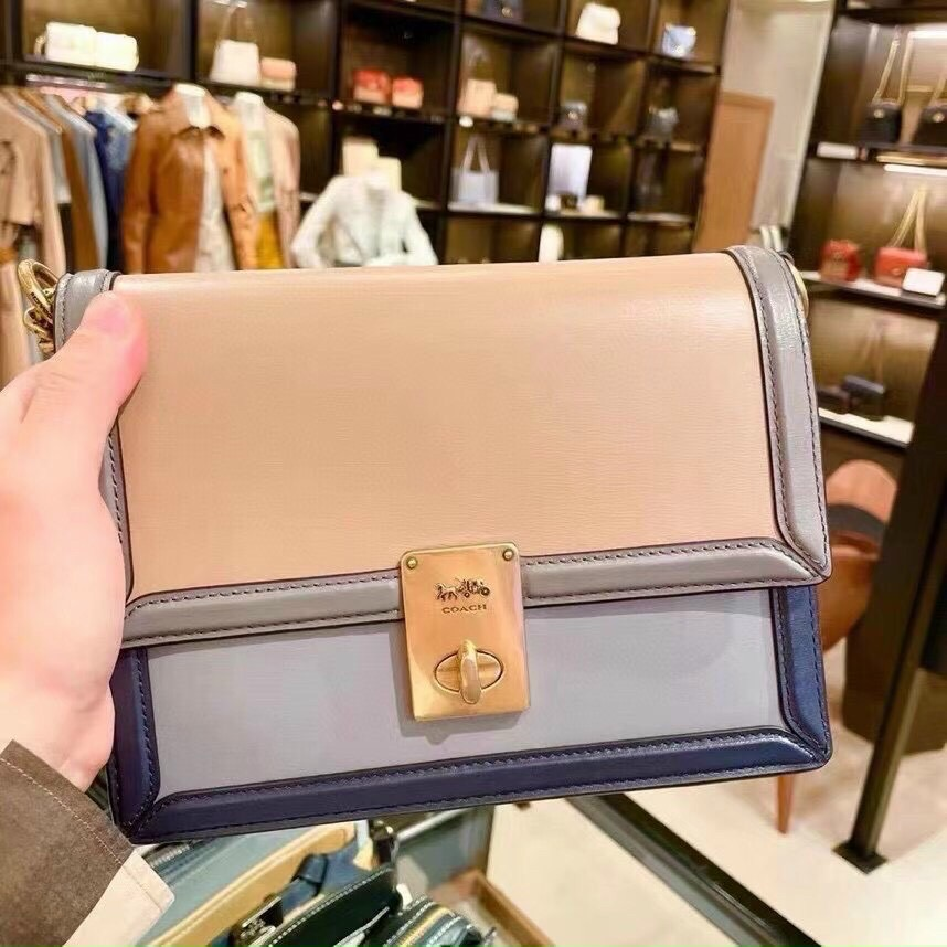 TÚI CO🅰️CH HUTTON SHOULDER BAG IN COLORBLOCK