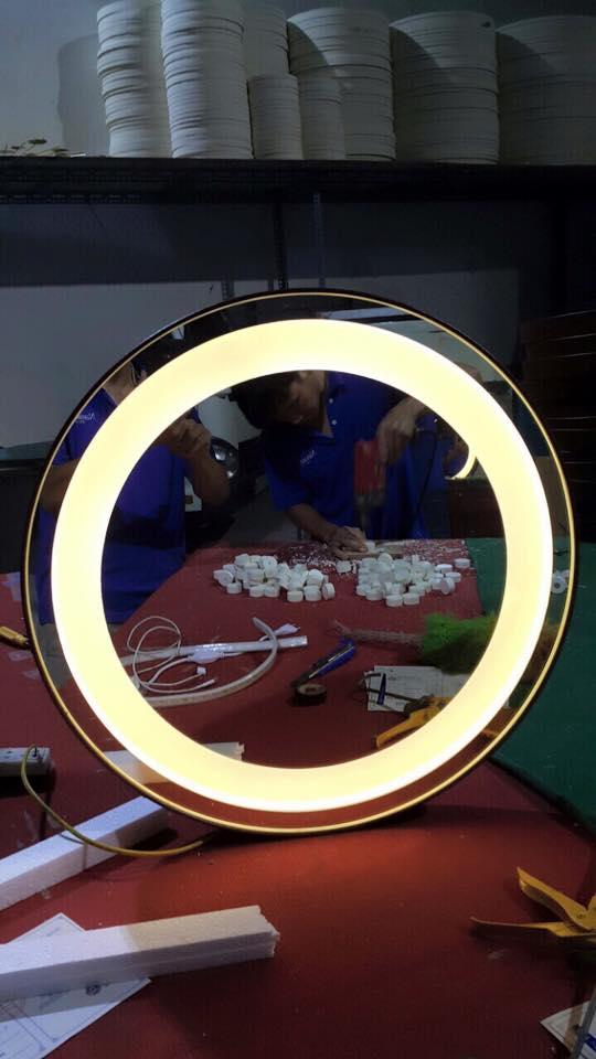 Gương đèn led dây da nâu ánh sáng trắng - MODEL 20003
