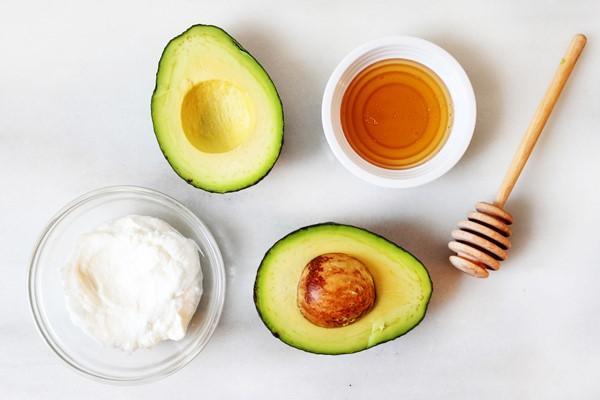 Bơ cũng được tận dụng để dưỡng ẩm cho da khô