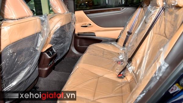 Hàng ghế sau xe Lexus ES