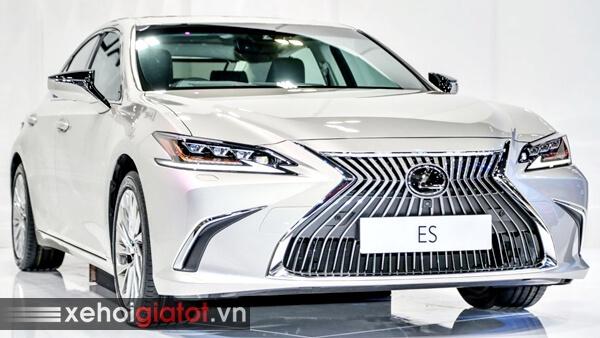 Xe Lexus ES màu bạc