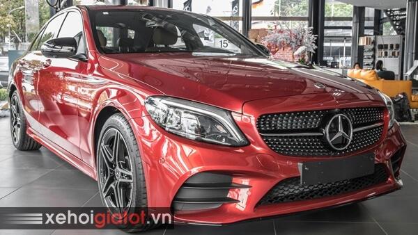 Xe Mercedes C-Class màu đỏ