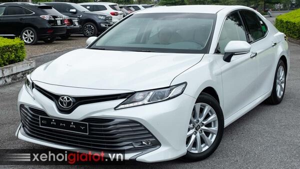 Toyota Camry màu trắng