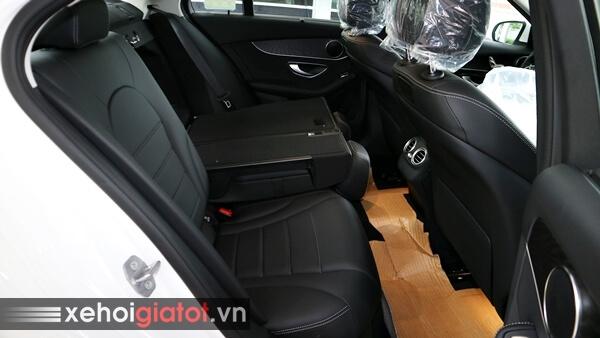 Hàng ghế sau xe Mercedes C200