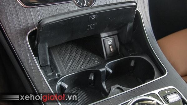 Sạc điện thoại không dây trên xe Mercedes C300 AMG