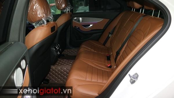 Hàng ghế sau xe Mercedes C300 AMG
