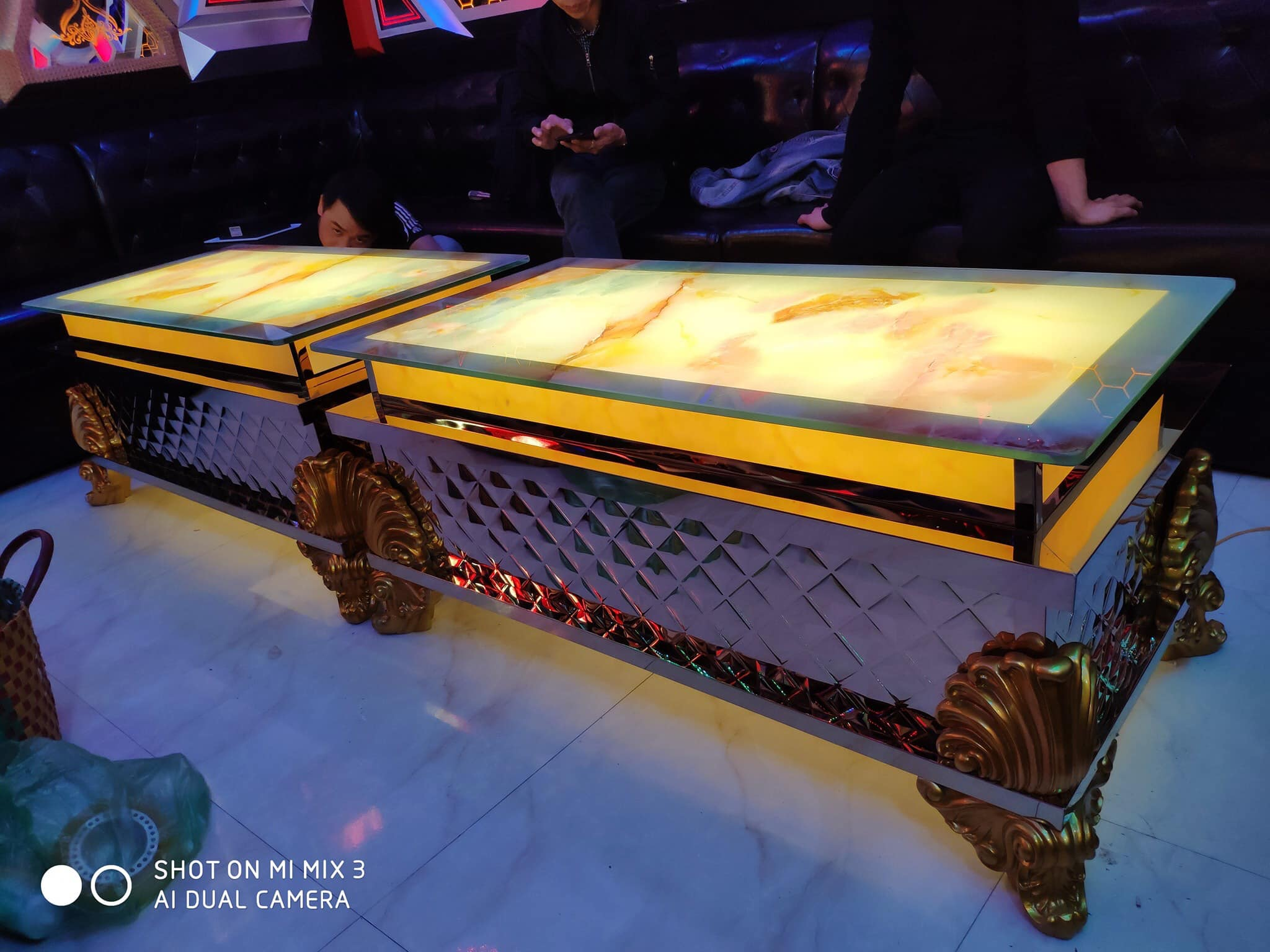 Bàn Karaoke cổ điển chân quỳ - Vỏ sò Luxer