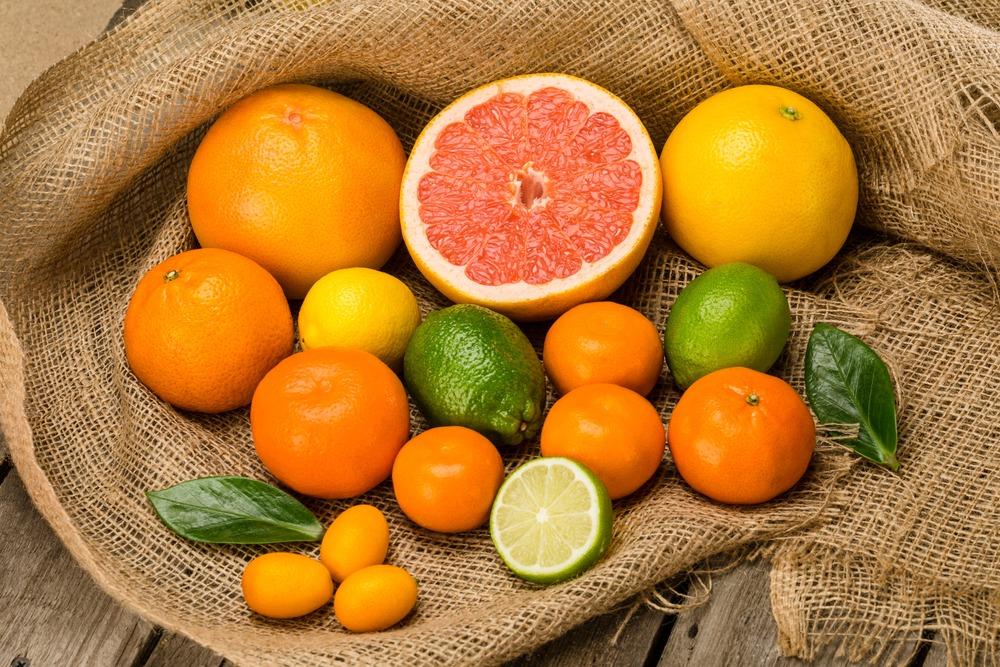 Trai cay thuoc ho cam quyt nhu cam, chanh, buoi,... la nguon bo sung vitamin C tu nhien