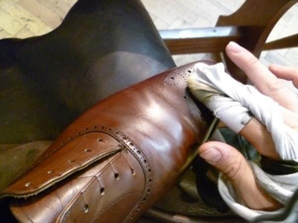 Tự học cách đánh xi cho giày da bóng mới Binhtay.com.vn