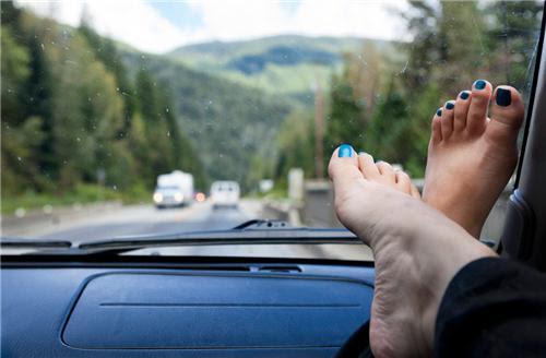Gác chân lên taplo xe hơi và những hậu quả nghiêm trọng xảy ra ...