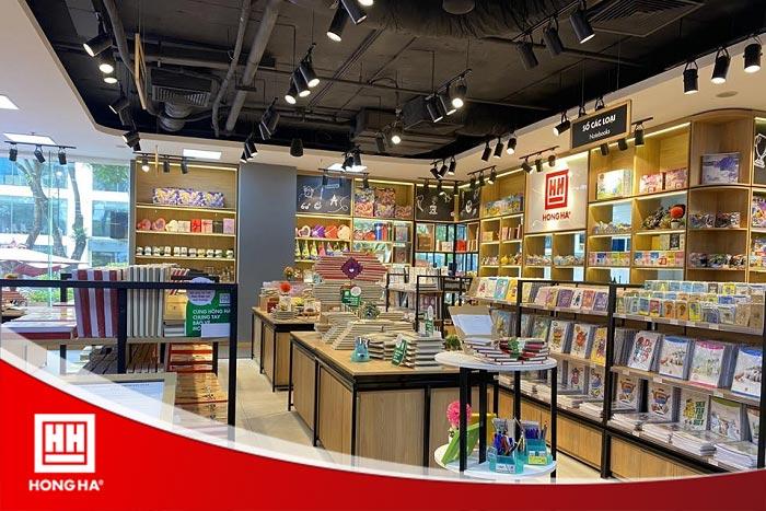 Không gian mua sắm rộng rãi tại showroom Hồng Hà