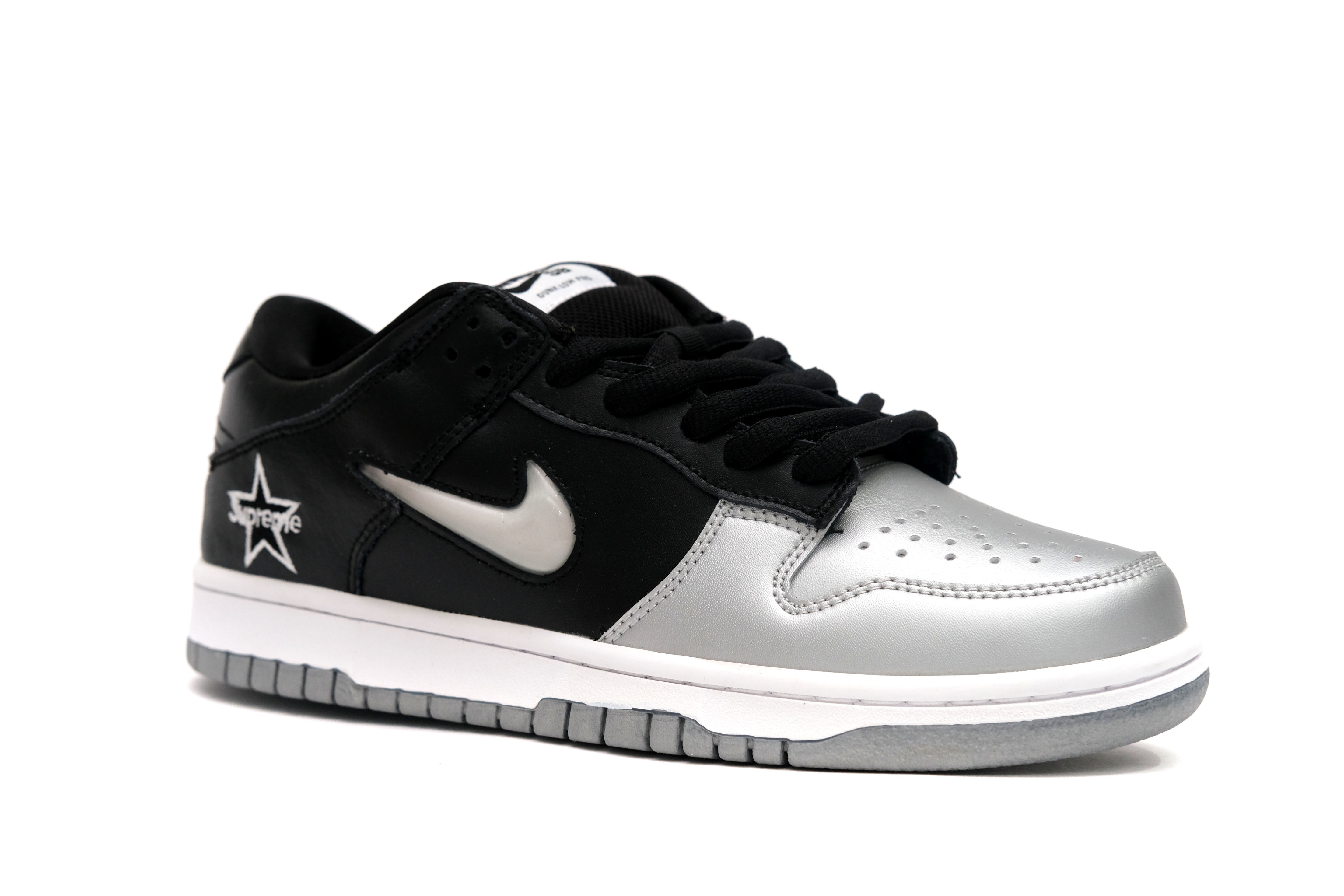 supreme-x-dunk-sb-low-qs-metallic-silver