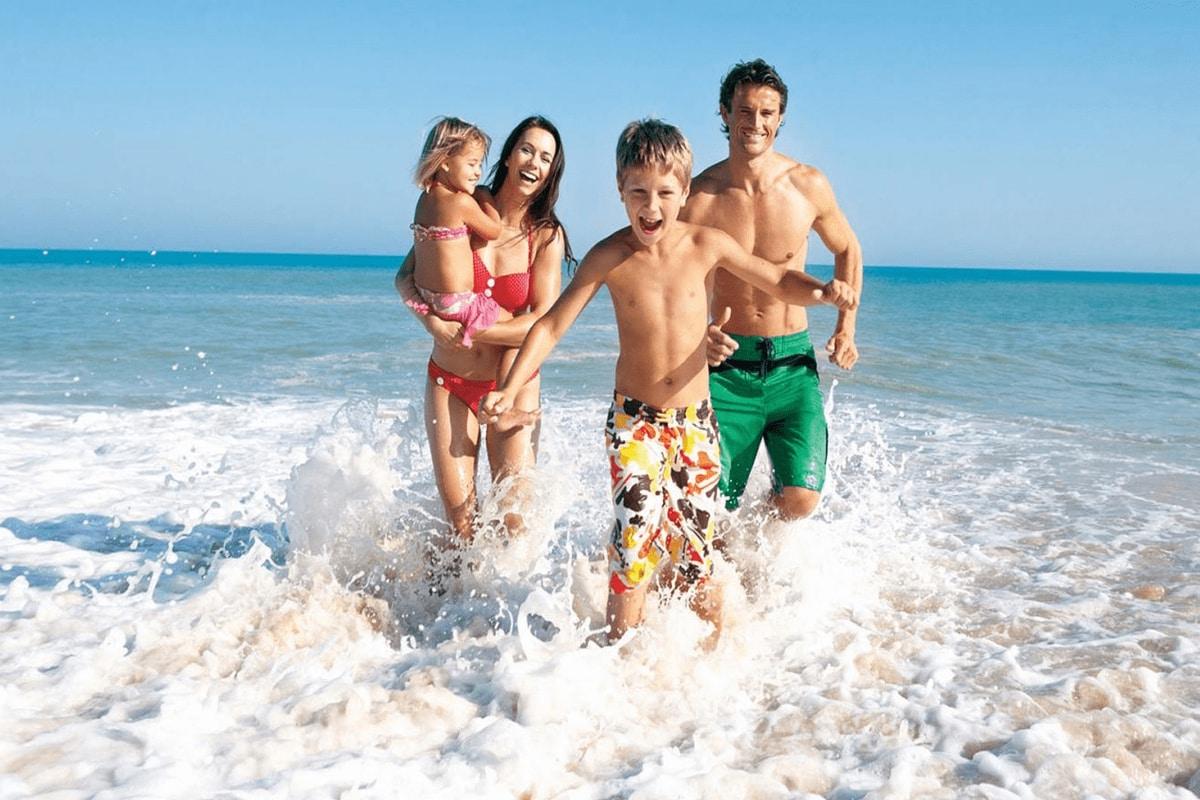 tắm biển trong tour 4 đảo Nha Trang
