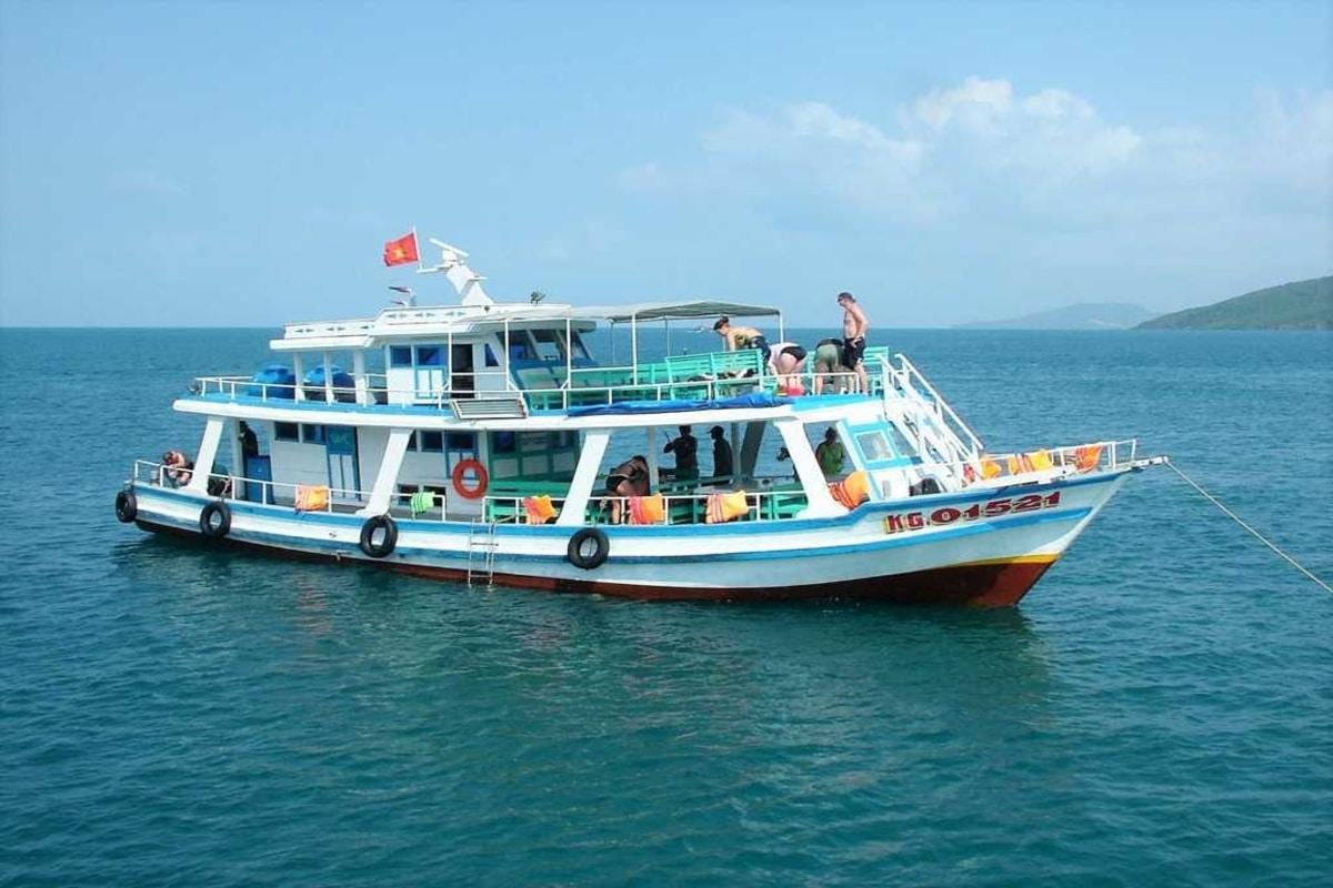 tàu đi tour 4 đảo Nha Trang