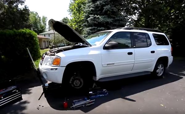 sử dụng đội nâng xe để nâng phần bánh xe có ro tuyn cần thay thế