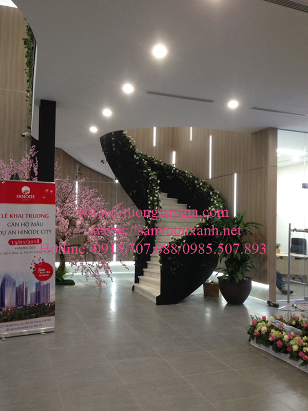Trang trí dây leo khu vực cầu thang tại Nhà mẫu dự án Hinode city 201 Minh Khai, Hà Nội