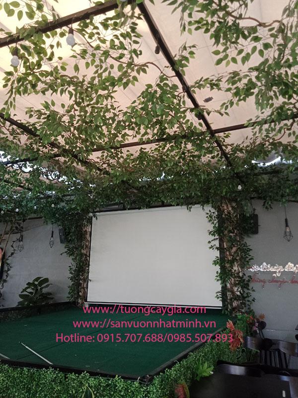 Trang trí trần nhà bằng dây leo rừng tại nhà hàng Vua Cua