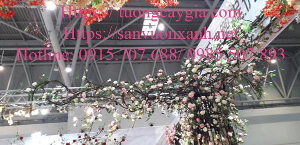 Trang trí hoa hồng leo bám cột