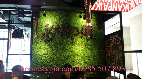 Trang trí tường cỏ giả cho nhà hàng tại Hà Nội