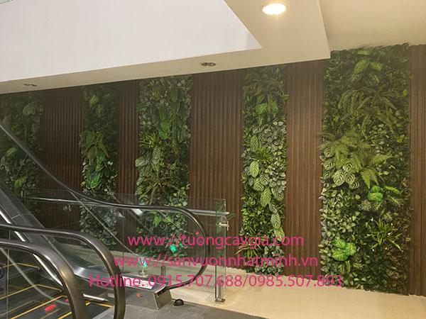 Thi công vách cây lá nhân tạo kết hợp nan gỗ tại Showroom Hùng Tuý, số 20 Cát Linh, Hà Nội