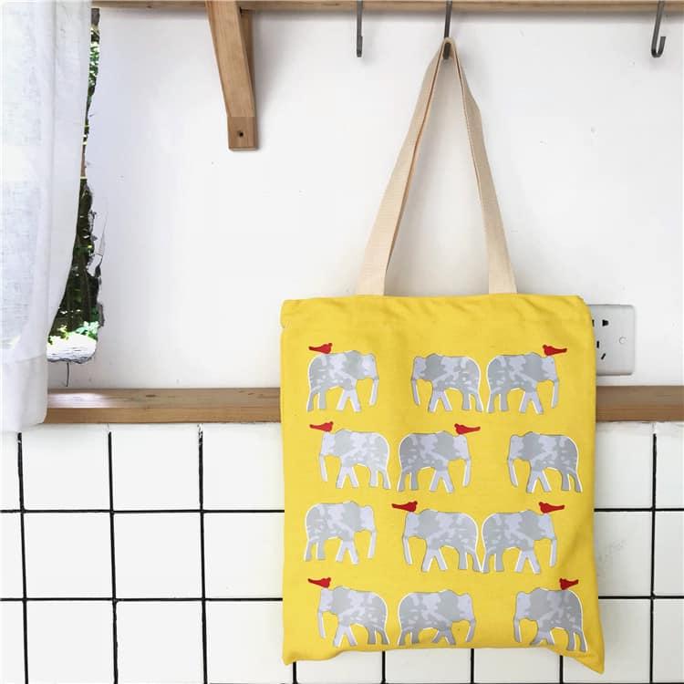 Tote màu vàng họa tiết voi trắng