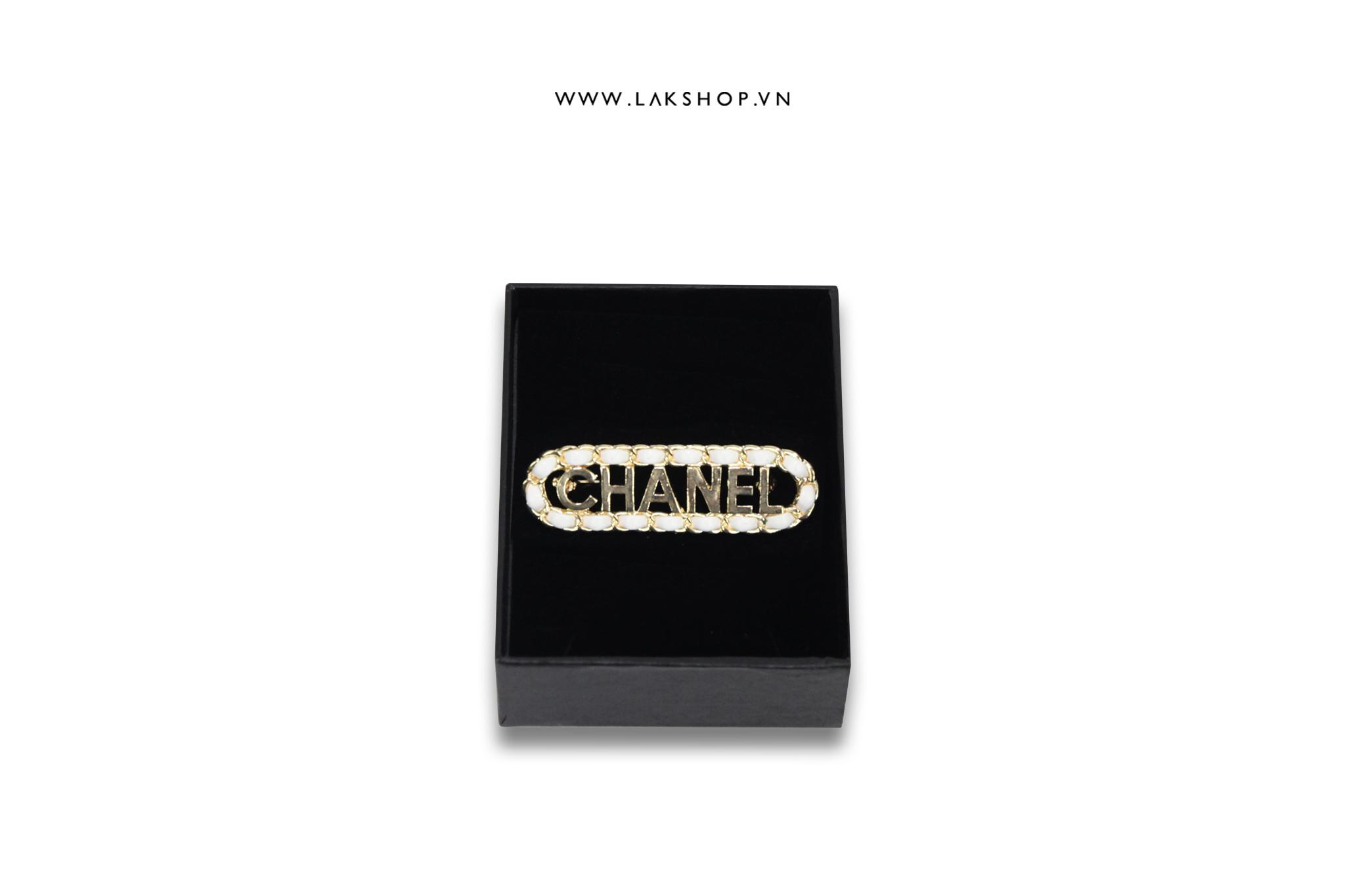 Trâm Cài Chanel Logo Dài viền da trắng