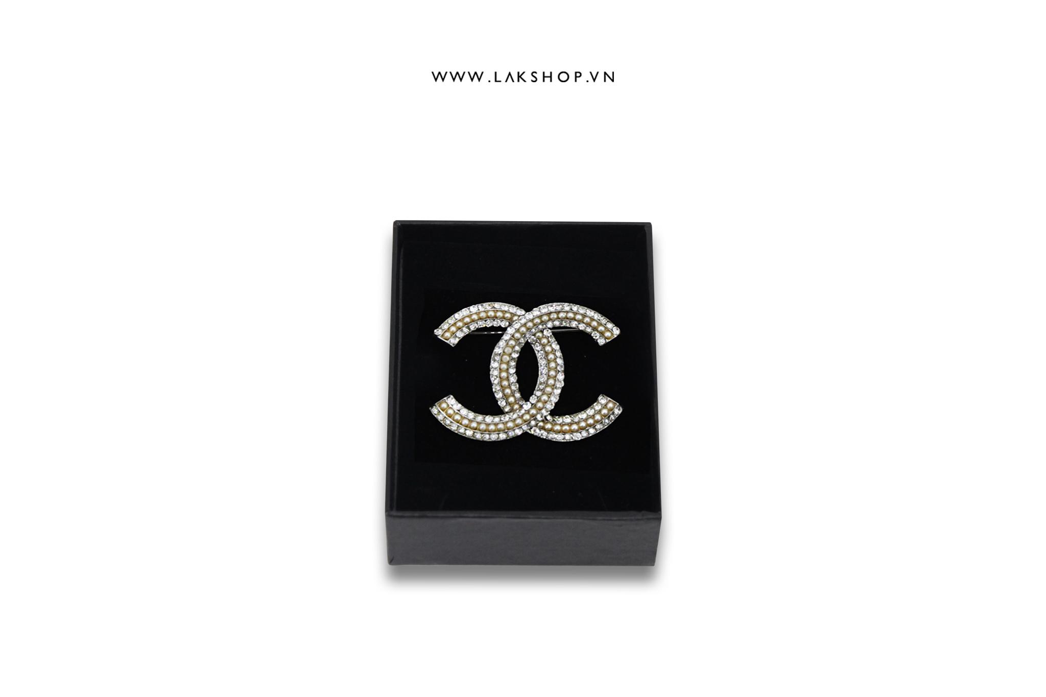 Trâm Cài Chanel Logo CC Viền Ngọc Bo Tròn Bạc