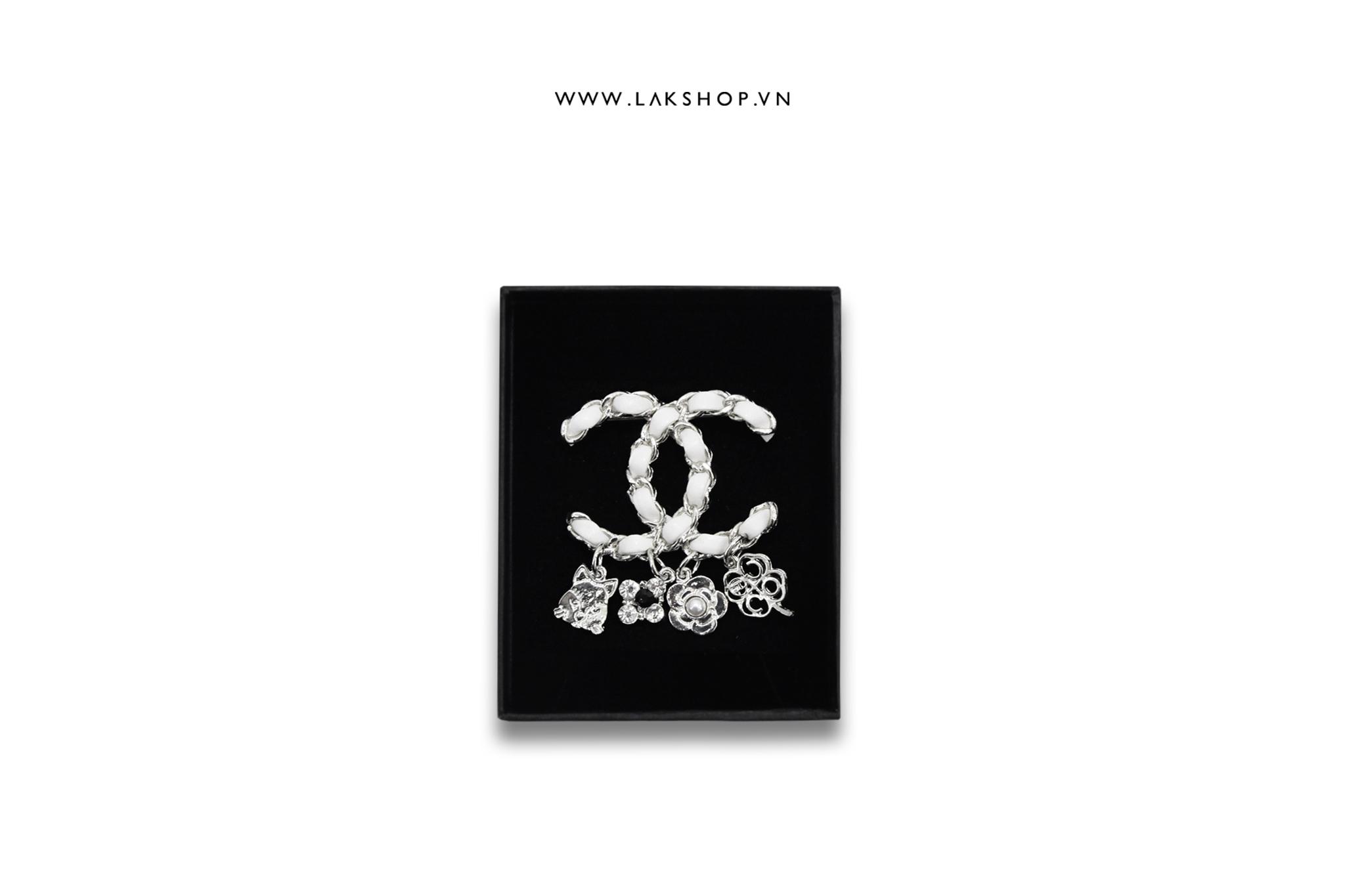 Trâm Cài Chanel Logo CC Xích Viền Da Trắng x 4flower